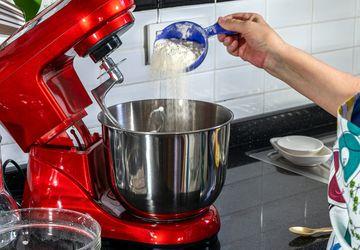 Menguleni Adonan Lebih Baik dengan Tangan atau Mixer?