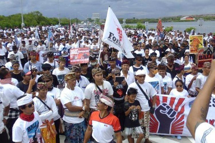 Reklamasi - Penolakan rencana reklamasi Teluk Benoa di Bali dan desakan pembatalan Peraturan Presiden Nomor 51 Tahun 2014 tentang Rencana Tata Ruang Kawasan Perkotaan Denpasar, Badung, Gianyar, dan Tabanan (Sarbagita) terus bergulir. Warga dari sejumlah desa pakraman (adat) di Kota Denpasar menggelar aksi damai menolak rencana reklamasi Teluk Benoa, Bali, di ruas Jalan Pelabuhan Benoa, Pesanggaran, Denpasar Selatan, Minggu (28/2/2016).
