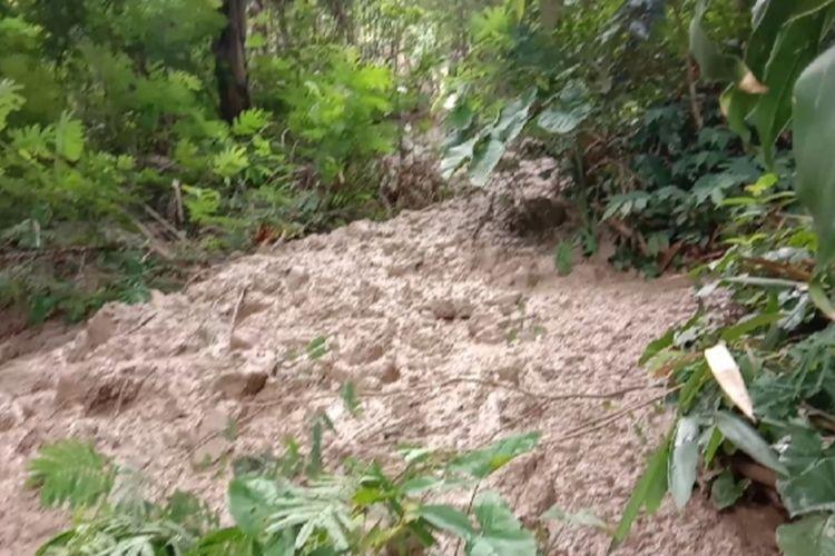 Longsoran dengan material lumpur di lokasi bencana tanah bergerak Dusun Ciherang, Desa Cijangkar, Nyalindung, Sukabumi, Jawa Barat, Rabu (17/2/2021).