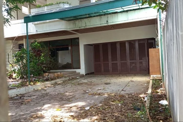 Rumah kosong di kawasan Kedoya, Jakarta Barat yang dibongkar materialnya untuk dicuri secara terpisah.