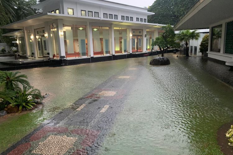 Istana Kepresidenan Jakarta turut tergenang banjir. Kondisi sejumlah titik di Istana tergenang dibagikan oleh Sekretaris Kabinet Pramono Anung lewat sejumlah foto dan video di grup WhatsApp wartawan.