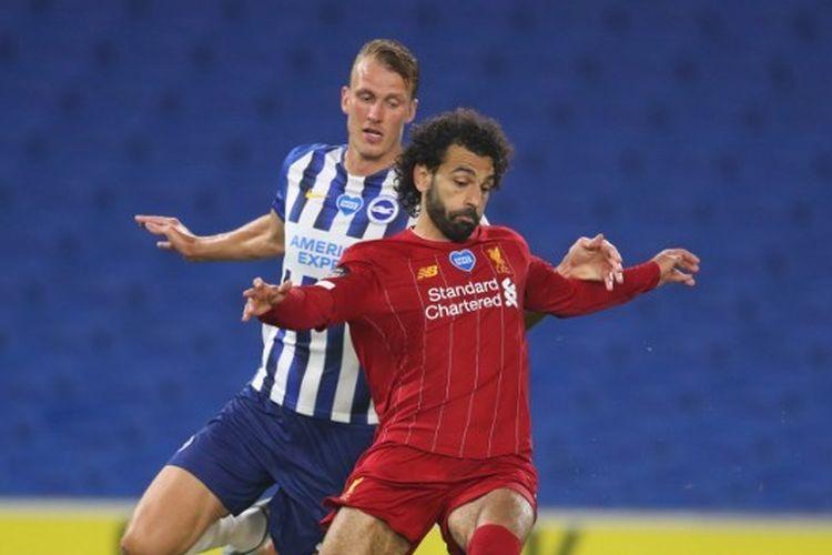 Mohamed Salah dibayang-bayangi Dan Burn dalam laga Brighton vs Liverpool pada laga pekan ke-34 Liga Inggris yang digelar di Stadion American Express, Kamis (9/7/2020).