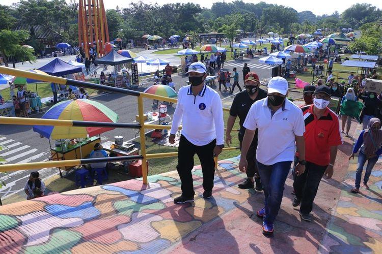 Walikota Madiun, Maidi bersama Forpimda mengecek kondisi Sunday Market yang mulai dibuka kembali di era new normal.