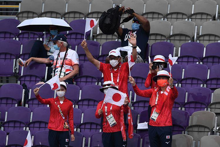 Sejumlah ofisial dari Jepang memberikan dukungan bagi atlet panahannya saat bertanding dalam Olimpiade Tokyo 2020 di Yumenoshima Park Archery Field, Tokyo, Jepang, Senin (26/7/2021). Penyelenggaraan Olimpiade yang diselenggarakan tanpa penonton dari kalangan umum tersebut merupakan keputusan di tengah kondisi darurat Covid-19 yang sedang diberlakukan di Ibu Kota Jepang.