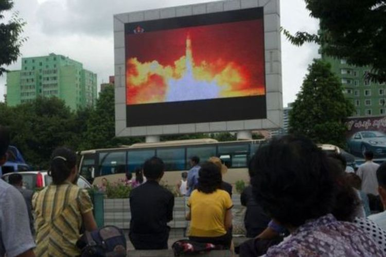 Peluncuran rudal balistik antar benua ditayangkan melalui layar lebar di ibukota Pyongyang.