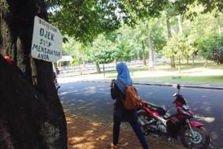 Salah satu pangkalan ojek di dalam kawasan kampus Universitas Indonesia tampak lengang pada Sabtu (27/6/2015) siang