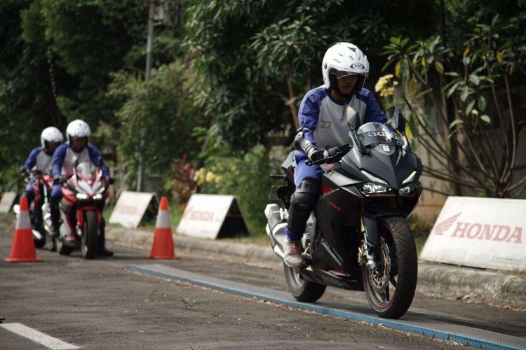 Hobi Naik Motor Sport Pelajari Teknik Pengereman Halaman All