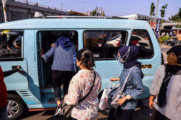 Pekerja menggunakan masker saat memasuki angkutan umum di Kawasan Tanah Abang, Jakarta Pusat, Senin (21/9/2020). PSBB kembali diterapkan tanggal 14 September 2020, berbagai aktivitas kembali dibatasi yakni aktivitas perkantoran, usaha, transportasi, hingga fasilitas umum.