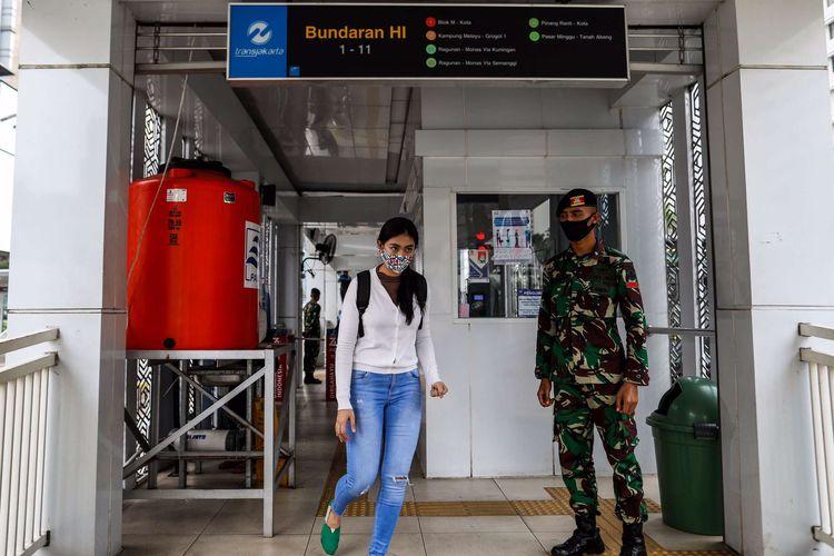 Personel TNI saat berjaga di Stasiun MRT Bundaran HI, Jakarta Pusat, Rabu (27/5/2020). Presiden Joko Widodo menginstruksikan Panglima TNI untuk mengerahkan personelnya dalam menertibkan masyarakat selama pemberlakuan pembatasan sosial berskala besar ( PSBB) untuk memutus mata rantai penularan Covid-19.