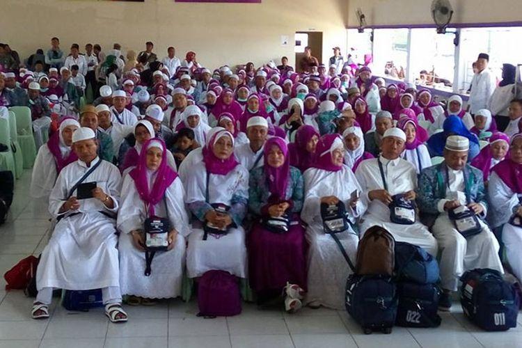 Rombongan jamaan calon haji asal Gorontalo tahun lalu yang bersiap berangkat ke embarkasi Makassar