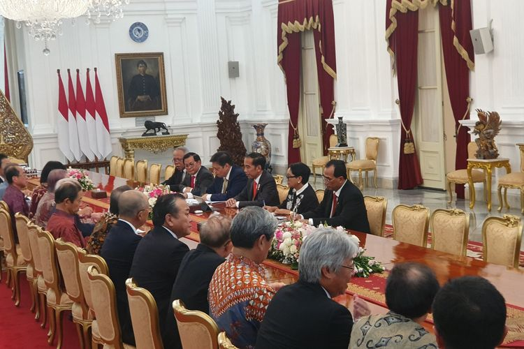 Presiden Joko Widodo menerima kunjungan kehormatan Ketua Asosiasi Jepang-Indonesia (Japinda) yang juga merupakan mantan Perdana Menteri Jepang, Yasuo Fukuda, di Istana Merdeka, Jakarta, Rabu (20/11/2019).