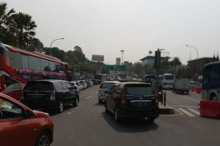 Kepadatan arus lalu lintas di jalur Puncak, Bogor, Jawa Barat, terjadi di Simpang Gadog, Ciawi. Polres Bogor memberlakukan sistem satu arah (one way) dari arah Jakarta menuju Puncak, Sabtu (12/10/2019).