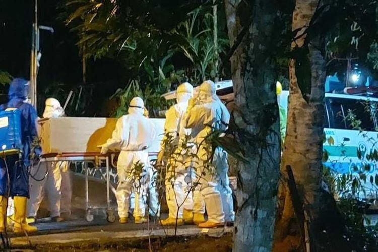 Tim Gorgom bekerja nonstop hingga malam hari memakamkan jenazah pasien Covid-19 di Kabupaten Ciamis.