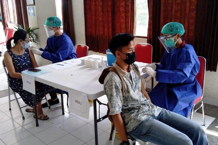 Pelajar (kanan) ketika mendapat suntikan vaksin Covid-19 di Stikes Santo Borromeus.