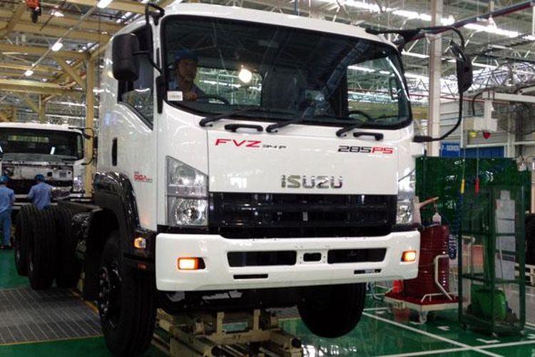 Produksi truk menengah Giga di pabrik baru Isuzu, di Karawang, Jawa Barat.