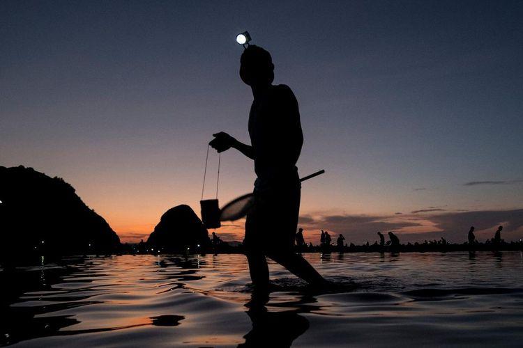 Warga berburu nyale di Pantai Seger, Lombok Tengah, NTB, dalam Festival Pesona Bau Nyale 2020.
