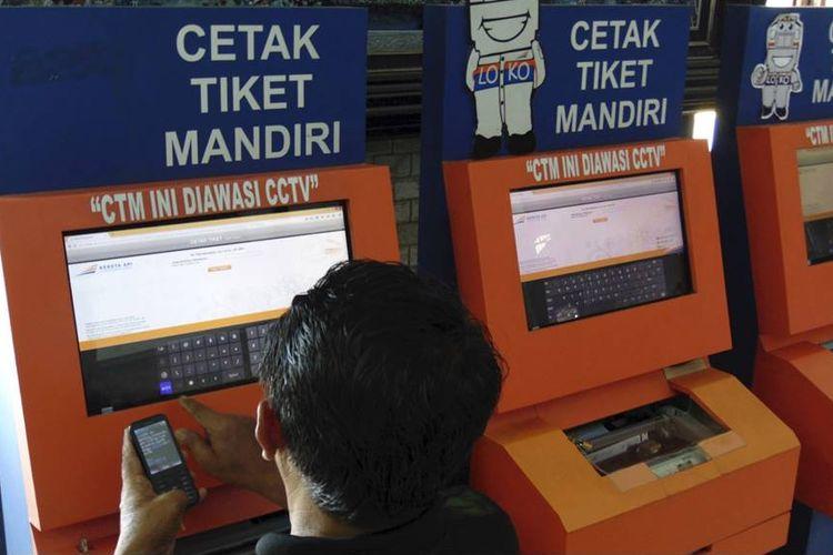 Calon penumpang mencetak tiket kereta api di Stasiun Kejaksan, Kota Cirebon, Jawa Barat, Rabu (1/6). Berdasarkan catatan PT Kereta Api Indonesia (Persero), penumpang kereta api untuk angkutan Idul Fitri 2016 diperkirakan 5.387.538 orang atau meningkat 5,5 persen dari jumlah penumpang pada periode yang sama tahun lalu, yakni 5.106.994 orang.