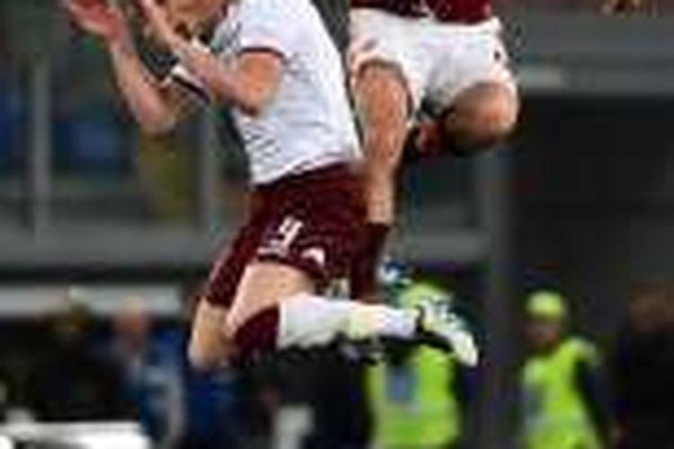 Bek AS Roma, Kostas Manolas, berduel udara dengan striker Torino, Andrea Belotti, saat kedua tim bertemu di Stadion Olimpico, Rabu (20/4/2016).