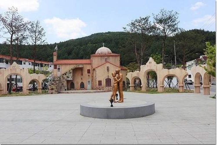 Patung karakter Song Joong dan Song Hye Kyo di Kota Taebaek, Korea Selatan. Kota yang menjadi lokasi shooting drama Descendants of the Sun menjadi tujuan wisata populer.