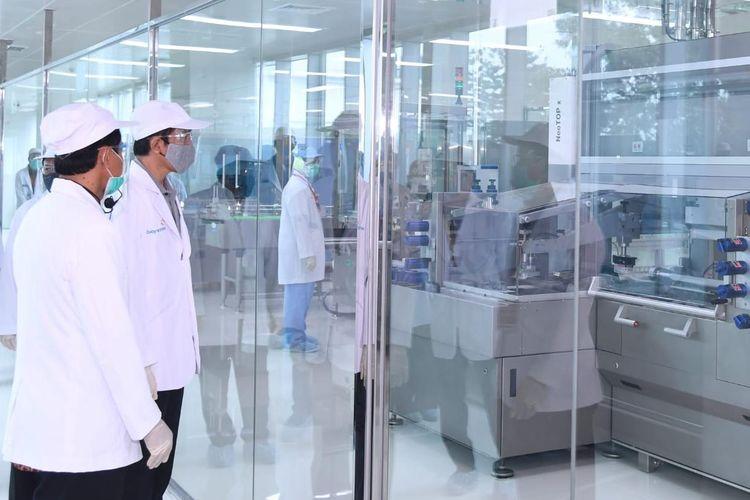Presiden Joko Widodo meninjau kesiapan dan fasilitas produksi vaksin milik BUMN PT Bio Farma dalam kunjungan kerjanya ke Kota Bandung, Selasa (11/8/2020).