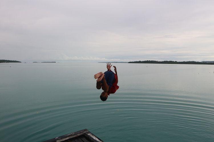 Anak-anak pesisir di Teluk Alulu, Kabupaten Berau, Kalimantan Timur, selalu memanfaatkan waktu luar untuk bermain air dan berenang