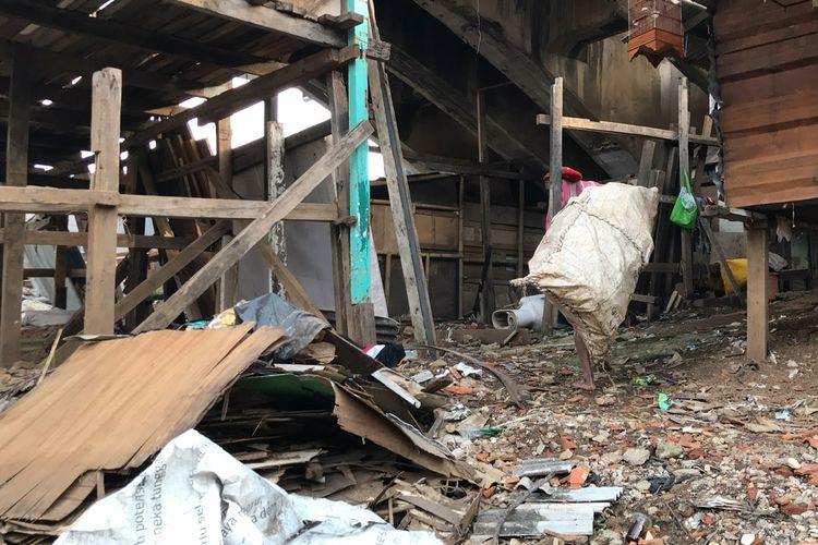 Suparno (69) atau dikenal dengan sebutan Pak Kentir memikul karung berisi barang-barang rongsok dan sampah plastik tepatnya di bawah jembatan bersejarah di kawasan Manggarai, Tebet, Jakarta Selatan pada Jumat (12/3/2021) sore. Pak Kentir sehari-hari mencari sampah dan barang rongsok untuk dijual demi memenuhi kebutuhan sehari-hari.