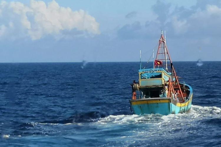 TNI Angkatan Laut mengamankan kapal ikan berbendera Vietnam yang diduga tengah melalukan penangkapan ilkan secara ilegal di wilayah Zona Ekonomi Eksklusif (ZEE) Indonesia, tepatnya di Laut Natuna Utara, Kepulauan Riau, Rabu (11/8/2021).