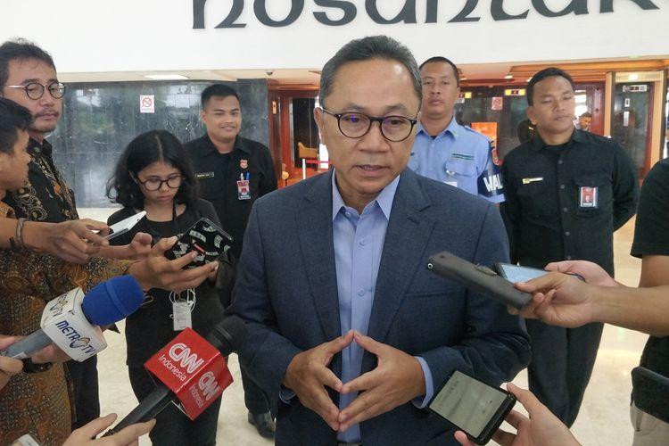 Ketua MPR Zulkifli Hasan saat memberikan keterangan di Kompleks Parlemen, Senayan, Jakarta, Kamis (18/4/2019).