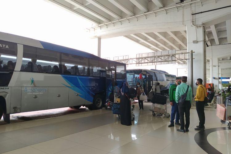 Penumpang pesawat dari luar negeri yang datang di Terminal 3 Bandara Soekarno-Hatta menuju bus yang telah disiapkan untuk menjalani karantina, Selasa (29/12/2020) siang.