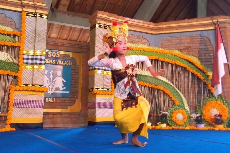Anak perempuan penghuni SOS Childrens Villages Tabanan Bali menari Tari Bumbung saat hari terakhir perhelatan Run To Care (RTC) 2019 pada Minggu (28/7/2019).
