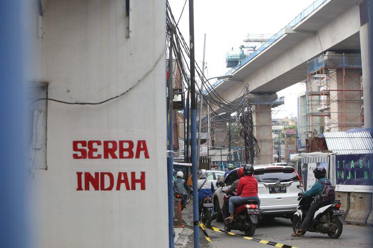 Toko Serba Indah milik Mahesh Lalmalani yang akan dijadikan Stasiun Haji Nawi mass rapid transit (MRT) di jalan Fatmawati, Jakarta Selatan, Senin (23/10/2017). 26 lahan di Jalan Fatmawati akan segera dibongkar untuk proyek pembangunan MRT, Proyek ini diperkirakan akan rampung pada tahun 2018.