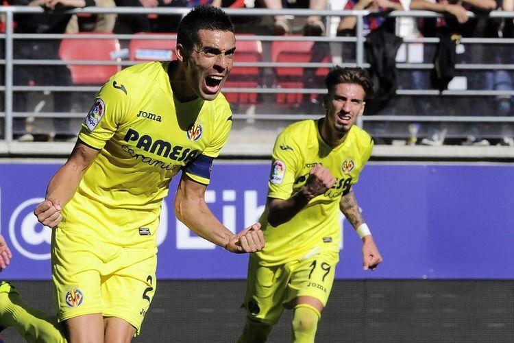 Gelandang Villarreal Bruno Soriano (kiri) merayakan setelah mencetak gol pertama timnya selama pertandingan sepak bola liga Spanyol antara SD Eibar dan Villarreal CF di stadion Ipurua di Eibar pada 30 Oktober