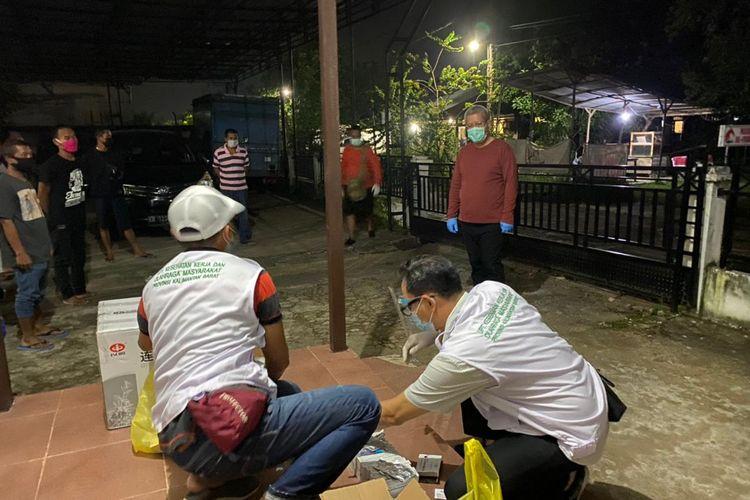 Sebanyak 108 pekerja migran Indonesia dideportasi Pemerintah Negera Malaysia melalui Pos Lintas Batas Negara (PLBN) Entikong, Kabupaten Sanggau, Kalimantan Barat (Kalbar), Kamis (11/3/2021) kemarin. Saat dilakukan pemeriksaan dengan swab polymerase chain reaction (PCR), sebanhak 69 orang diantaranya positif virus corona atau Covid-19.