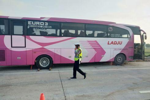 Bus Rombongan Ziarah Tabrak Truk Semen di Tol Pasuruan, 3 Tewas