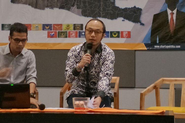 Direktur Eksekutif Charta Politika Yunarto Wijaya saat memaparkan hasil survei Pilpres dan Pileg 2019, di kawasan Senayan, Jakarta, Rabu (6/6/2018).