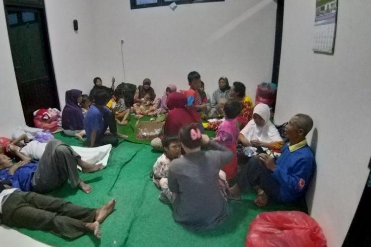 Orang tua dan anak-anak yang pemukimannya terdampak banjir bandang Madiun masih mengungsi di Posko Kabupaten Madiun di Kantor Camat Balerejo, Kabupaten Madiun, Jawa Timur, Kamis ( 7 / 3 / 2019) malam.