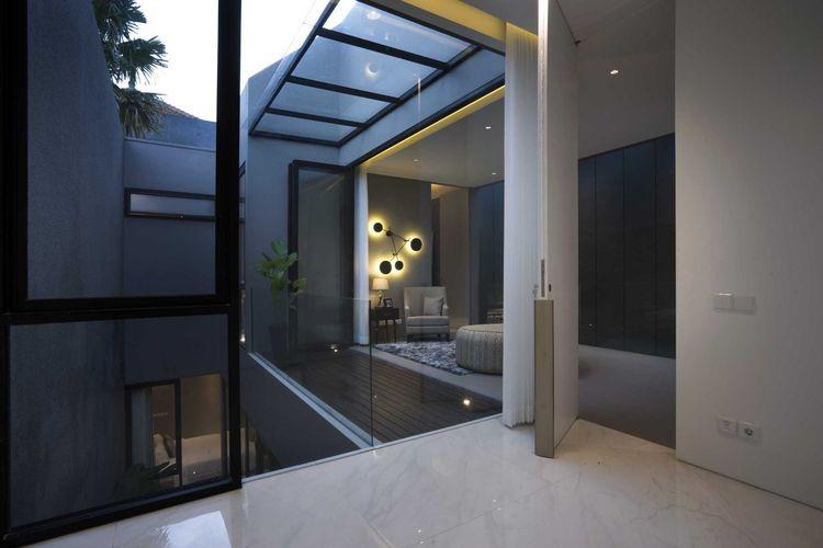 Pintu-pintu kaca yang bisa dibuka lebar sebagai pembatas, karya Simple Projects Architecture