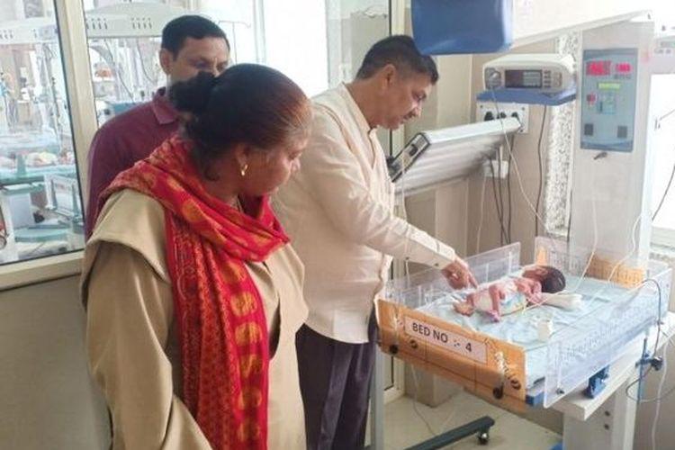 Dokter memeriksa bayi perempuan yang ditemukan terkubur selama dua hari di India.
