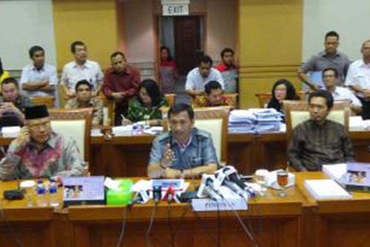 Dari kiri ke kanan: Anggota Komisi III DPR Bahruddin Nashori, Gede Pasek Suardika dan Al-Muzzamil Yusuf saat memberi keterangan pers di ruang rapat Komisi III DPR, Jakarta, Rabu (18/9/2013).