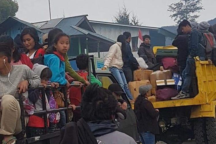 Warga Distrik Ilaga, Kabupaten Puncak, Papua yang akan emngungsi di Polsek dan Koramil Ilaga, karena situasi kemanan sedang tidak kondusif, Senin (30/9/2019)