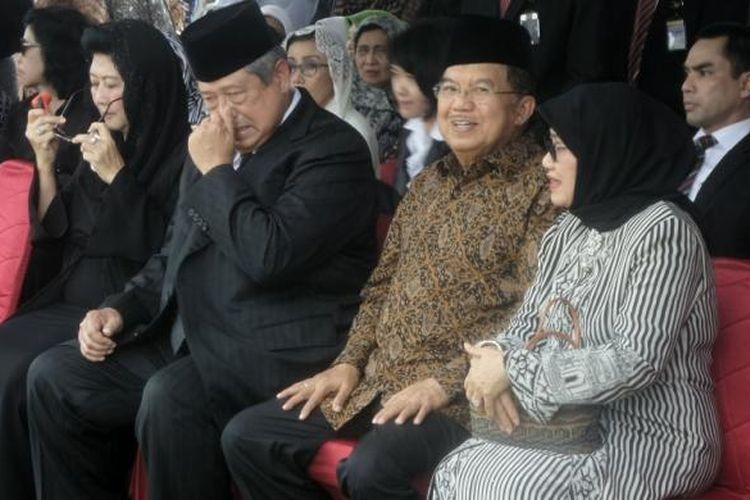 Wakil Presiden Jusuf Kalla dan Presiden Keenam RI Susilo Bambang Yudhoyono menghadiri upacara pemakaman Mantan Menteri Dalam Negeri Letnan Jenderal TNI (Purn) Mohammad Maruf di Taman Makam Pahlawan, Kalibata, Jakarta Selatan, Jumat (10/3/2017)