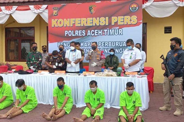 Polisi memperlihatkan lima tersangka pemotong kepala gajah di Mapolres Aceh Timur, Kamis (19/8/2021)