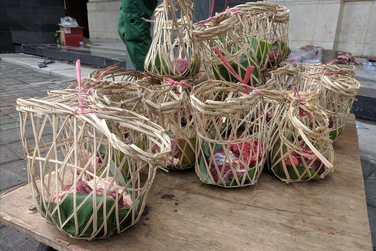 Proses Pembungkusan Daging Kurban di Jakarta Islamic Center menggunakan besek bambu dan Keranjang Tape