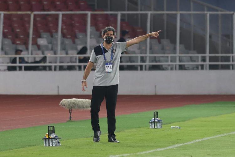 Pelatih Bali United Stefano Cugurra memberikan instruksi pada laga perdana Liga 1 2021 kontra Persik Kediri di Stadion GBK, Jakarta, pada Jumat (27/8/2021).