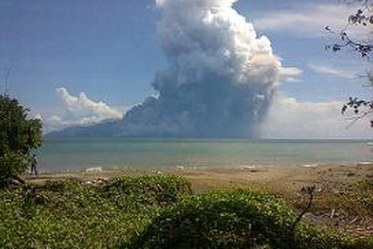 Foto letusan Gunung Rokatenda di Pulau Palue, Sikka, Nusa Tenggara Timur (NTT), Sabtu (10/8/2013).