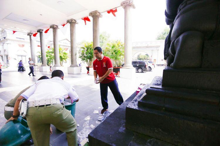 Hendrar Prihadi, Wali Kota Semarang, turun tangan membersihkan sampah yang berserakan di halaman kantornya usai pembukaan rangkaian acara peringatan HUT RI ke-72.