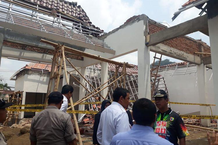 Ketua Komisi C DPRD Jember saat meninjau ambruknya atap pendopo kecamatan Jenggawah