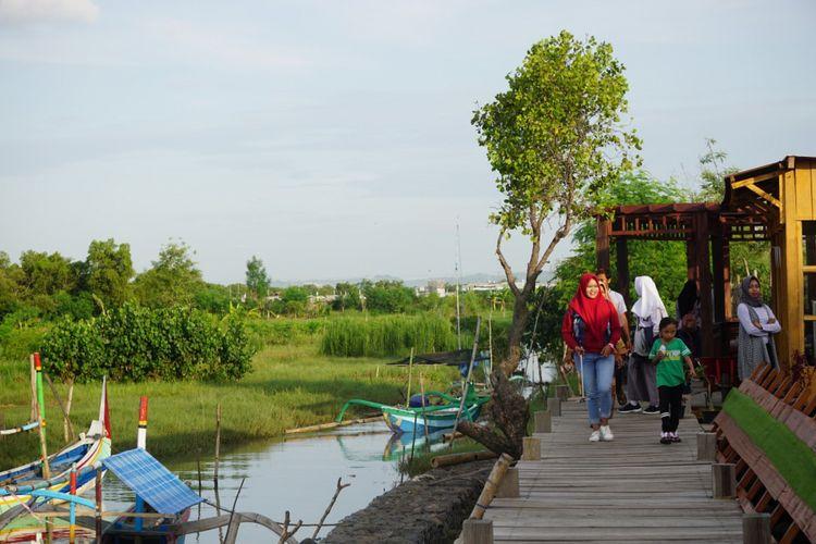 Pengunjung kampung blekok banyak datang saat sore hari untuk melihat burung air yang pulang ke sangkar di hutan mangrove