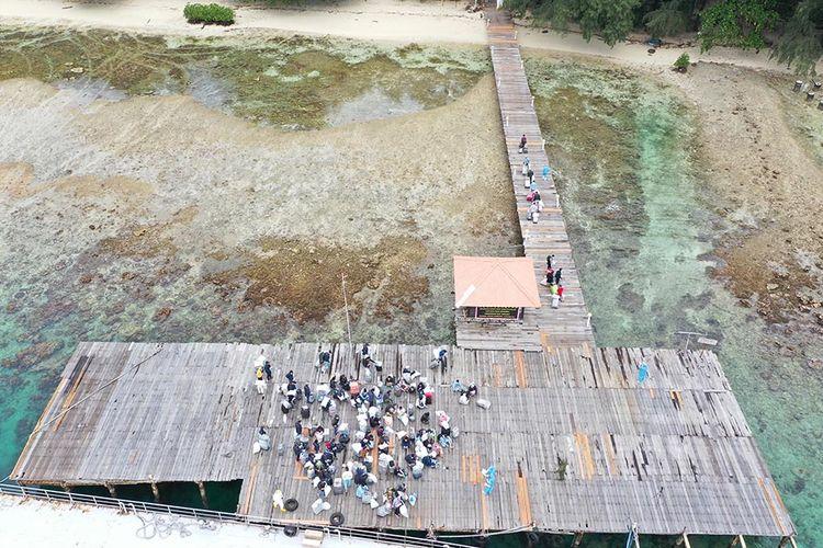 Foto aerial WNI ABK Diamond Princess berjalan setibanya di Pulau Sebaru Kecil untuk diobservasi di Kepulauan Seribu, Jakarta, Kamis (5/3/2020). Sebanyak 68 WNI ABK Diamond Princess akan menjalani observasi di Pulau Sebaru Kecil, sementara satu orang masih harus menjalani pemeriksaan lebih lanjut.