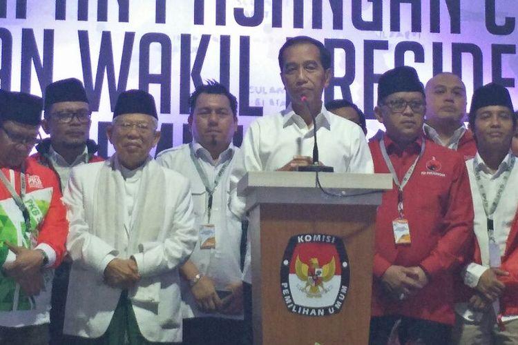 Presiden terpilih Joko Widodo bersama wapres terpilih Maruf Amin dan jajaran TKN dalam konferensi pers usai penetapan presiden dan wapres di Kantor KPU, Minggu (30/6/2019).